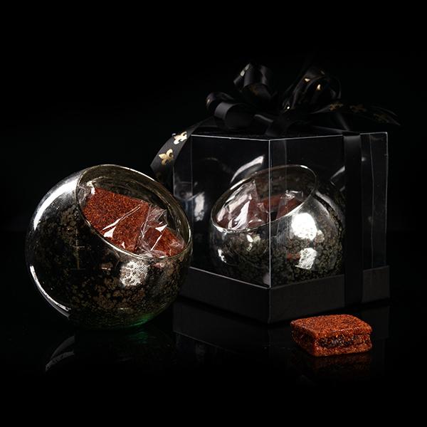 Esfera de Cristal con Cuadros de Ate de guayaba relleno de frutas enchiladas en caja de acetato para regalo.