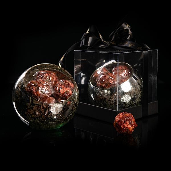 Esfera de Cristal con Trufas de Tamariando con nueces enchiladas y frutos secos en caja de acetato para regalo.